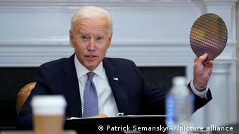 Президент США Джо Байден с полупроводниковой пластиной во время совещания в Белом доме 12 апреля 2021