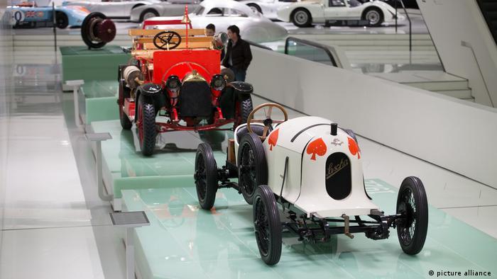 Музей Porsche в Штутгарте. На переднем плане - Austro Daimler ADS R Sascha (1922)