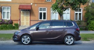 Компактвэн Opel Zafira имеет семь мест.