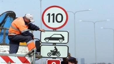 Установка дорожных знаков вдоль шоссе.