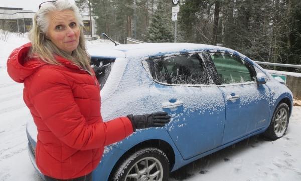 Жительница Норвегии готовится к поездке на своем электрокаре Nissan Leaf.