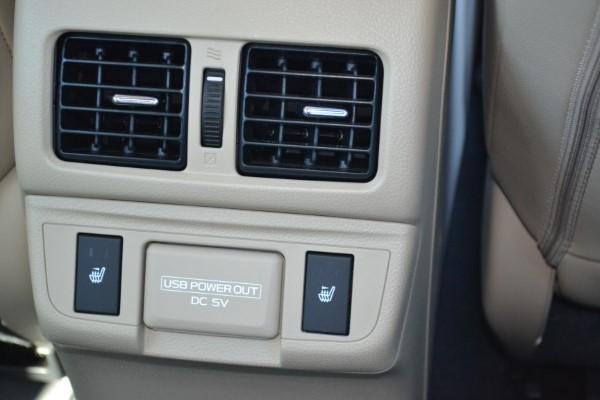 Раъемы для мобильника у задних пассажиров Subaru Outback.