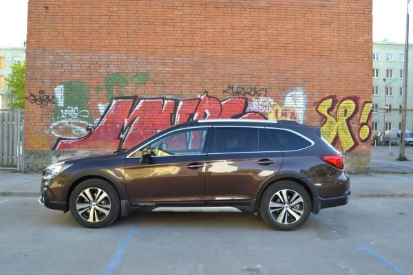 Subaru Outback 2018 на улицах города.