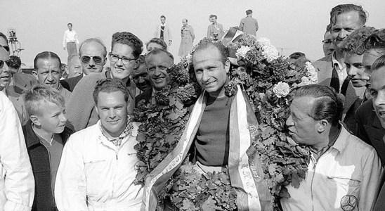 ..Fangio gana el Gran Premio Holanda de 1955 a bordo del Mercedes-Benz W 196.