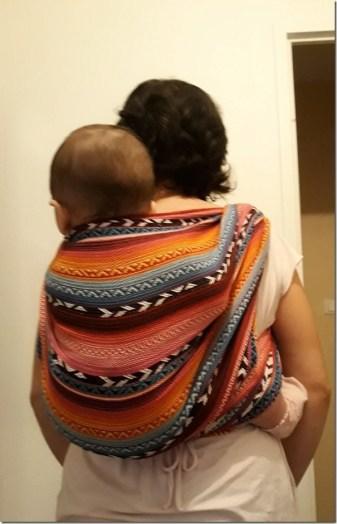 Portage physiologique. Un excellent moyen de calmer un bébé qui pleure.