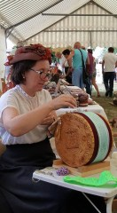 démonstration de dentelle sur un tambour du Queyras (05)