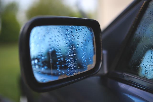 Hoe stel je je autospiegels af