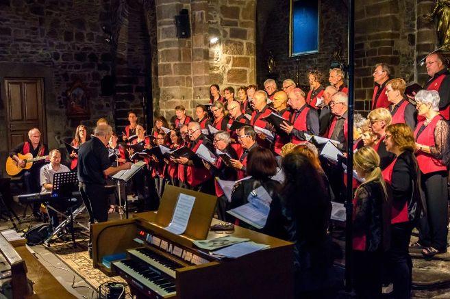 Les 50 choristes donnant de la vois sous les voûtes de Saint André