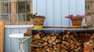 Holzscheite im Hinterhof