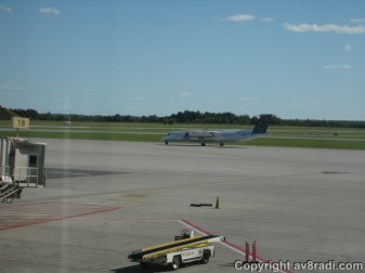 Porter Airlines Q400 Taxies to the runway