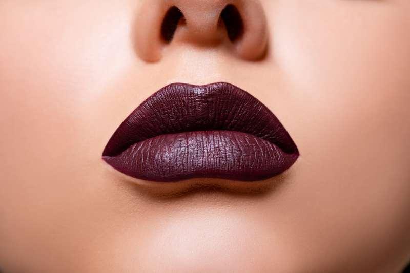 Les nuances de rouge à lèvres que les femmes de plus de 40 ans devraient oublier