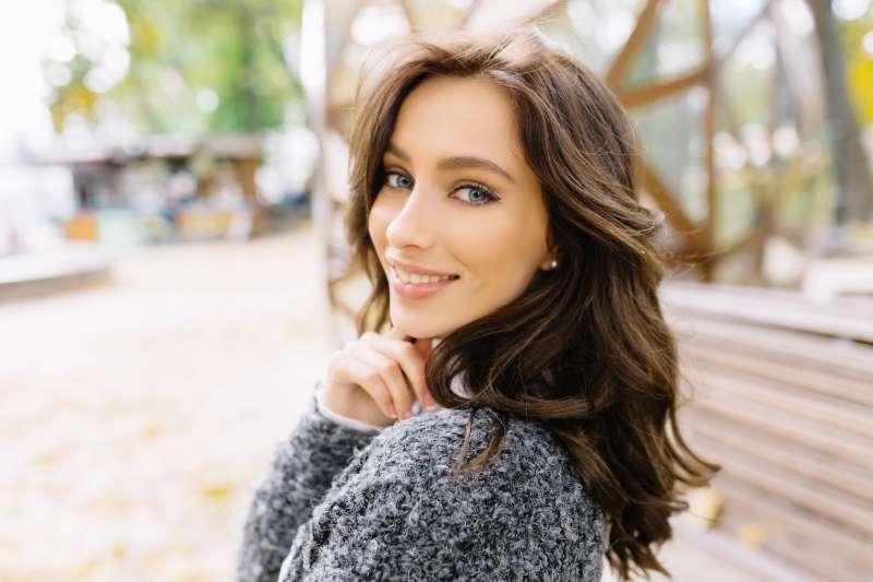 Cheveux longs et belle prestance : les caractéristiques physiques d'une femme qui obsède les hommes