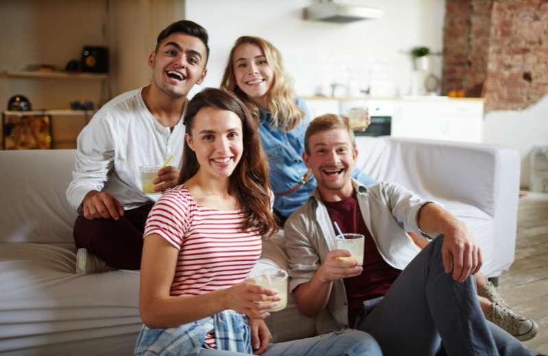Soyez attentifs, avoir toujours soif pourrait être l'indicateur de certains problèmes de santéTwo happy couples having fun at home at a get together party
