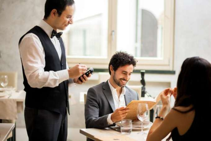 Le client a toujours raison ? Dans un restaurant chic, un serveur a lancé un gâteau au visage d'un client impoli