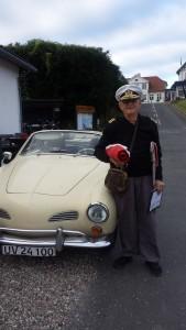 Der Hafenmeister mit seinem Karmann-Ghia morgens vor der Flaggenparade