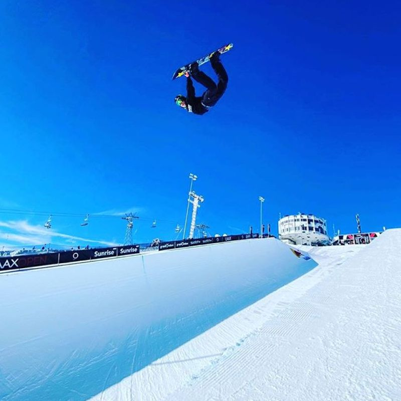 Meanwhile in Laax, @chasejosey takes flight. Pow or pipe, snowboarding provides a way of life for us to dynamically interact with nature and never stop exploring the limits of our potential. #AVALON7 #LiveActivated #snowboarding Photo: @zoe_kalapos