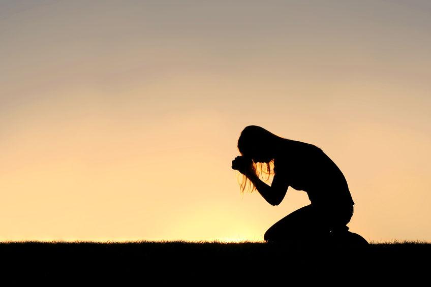 Resultado de imagen para imagenes de mujer orando de rodillas
