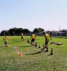 jovens praticando futebol
