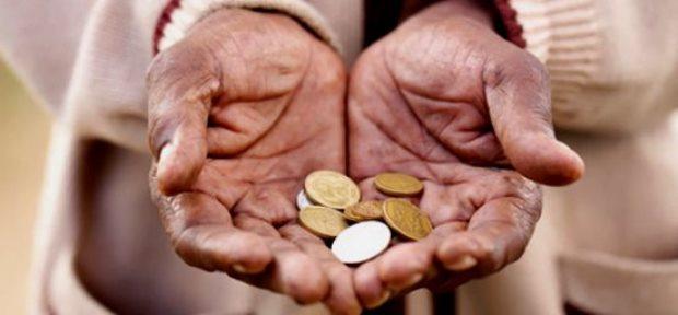 mão segurando moedas