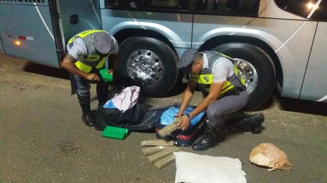 policiais vistoriam mochilas