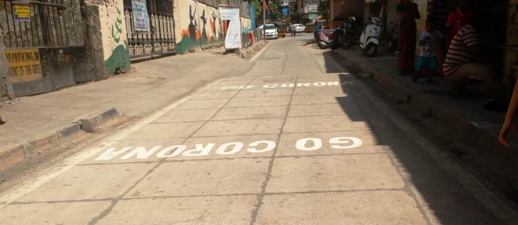 पवई परिसरातील प्रमुख दोन रस्त्यांवर 'गो कोरोना' आणि 'मीच माझा रक्षक' असा संदेश लिहीत लोकांमध्ये याबाबत जनजागृती केली आहे.