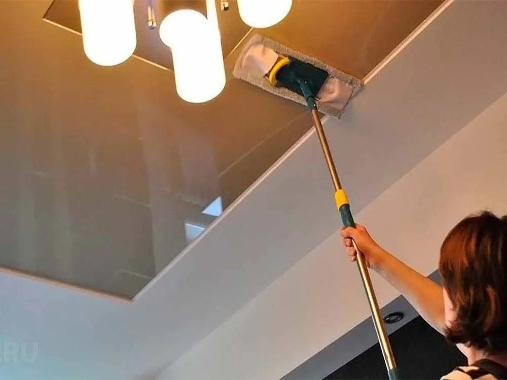 In order to facilitate the washing of the ceiling, you can use the mop.