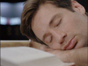 Mulder nukkuu