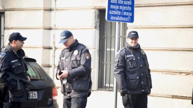 Policija ispred zgrade Kantona - Avaz, Dnevni avaz, avaz.ba