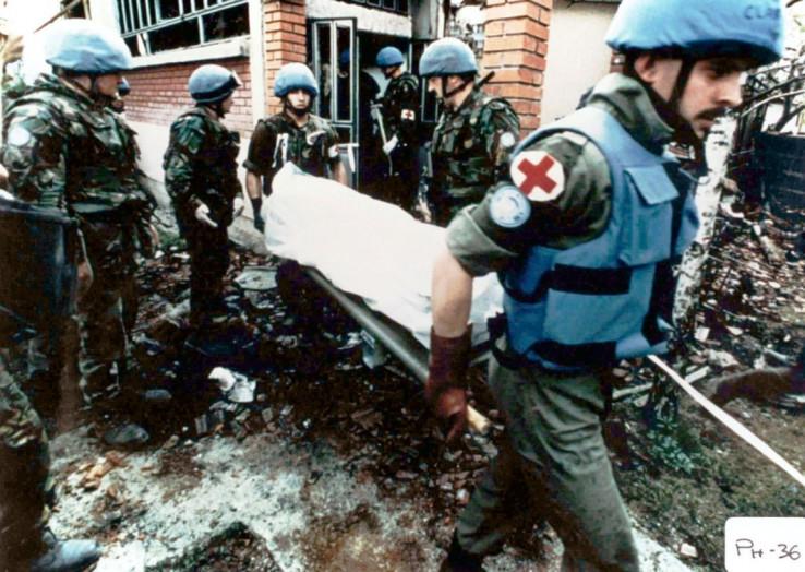 Vojnici iznose ostatke spaljenih žrtava