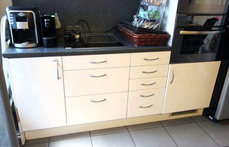 ensemble des meubles de cuisine avec plan de travail bar comprenant 6 placards double porte 5 meubl