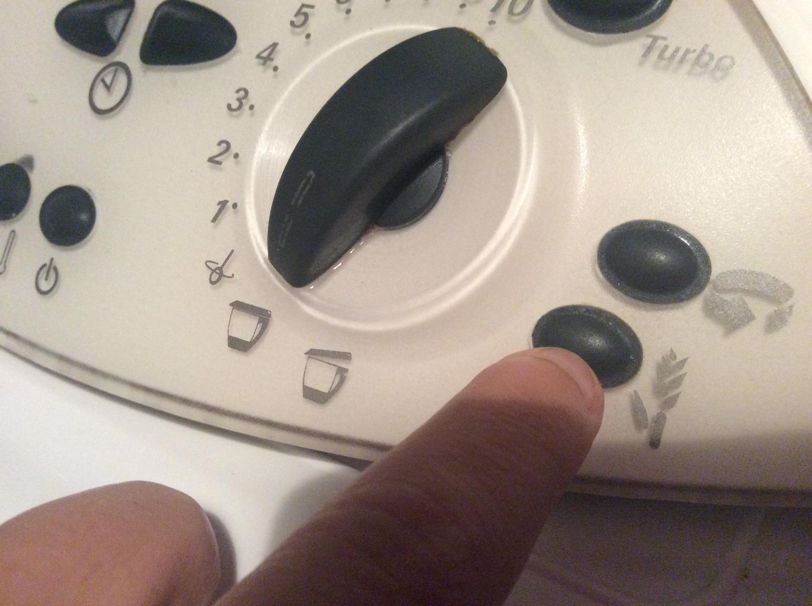 10) Pour peser, on utilise la tare en appuyant tout d\u0027abord sur le bouton  ci dessous pour mettre la balance à zéro. Verser l\u0027ingrédient et rappuyer  sur la