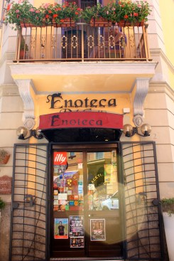 Enoteca Del Gatto ensures that you'll have quality wines and limoncello at your your home in Anzio as well