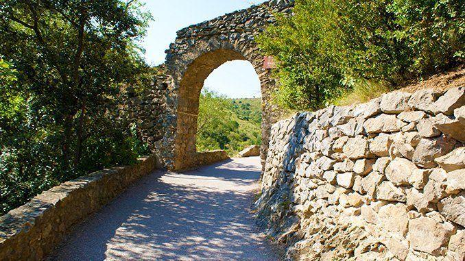 Castelnou. Camino del castillo.