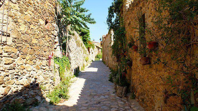 Una de las callejuelas de Castelnou.