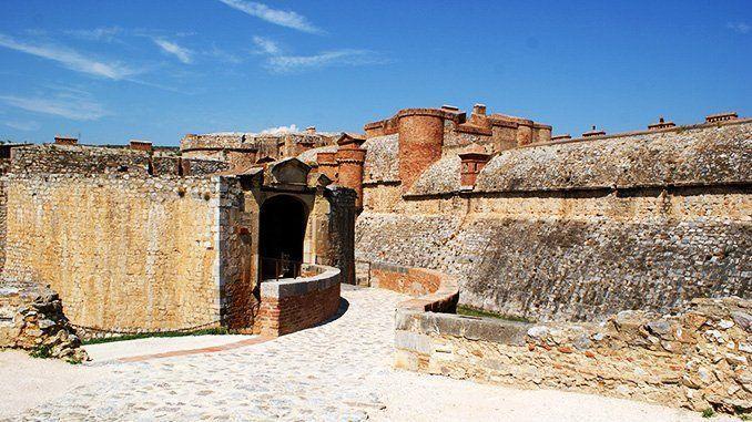 Barbacana de entrada al castillo de Salses