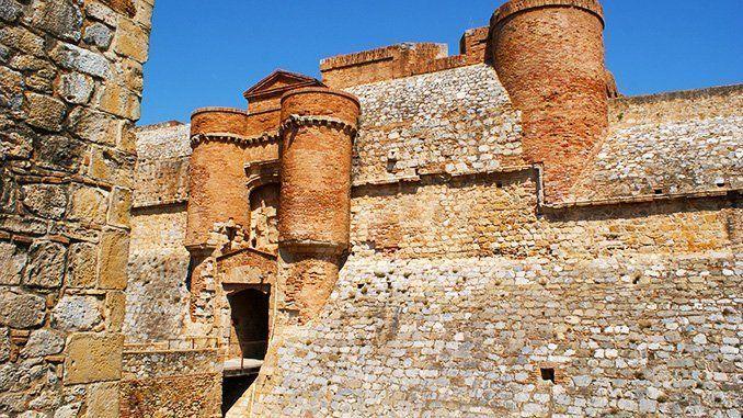 Portal que da acceso a la plaza de armas de la fortaleza de Salses