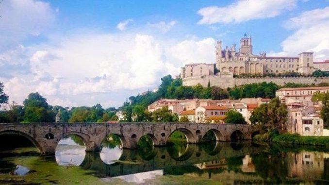 Una estampa típica de Béziers: Le Pont Vieux con la catedral de Saint Nazaire en la cima de la montaña.