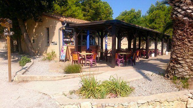 Una área de descanso, donde encontramos un pequeño bar, tienda y wc.