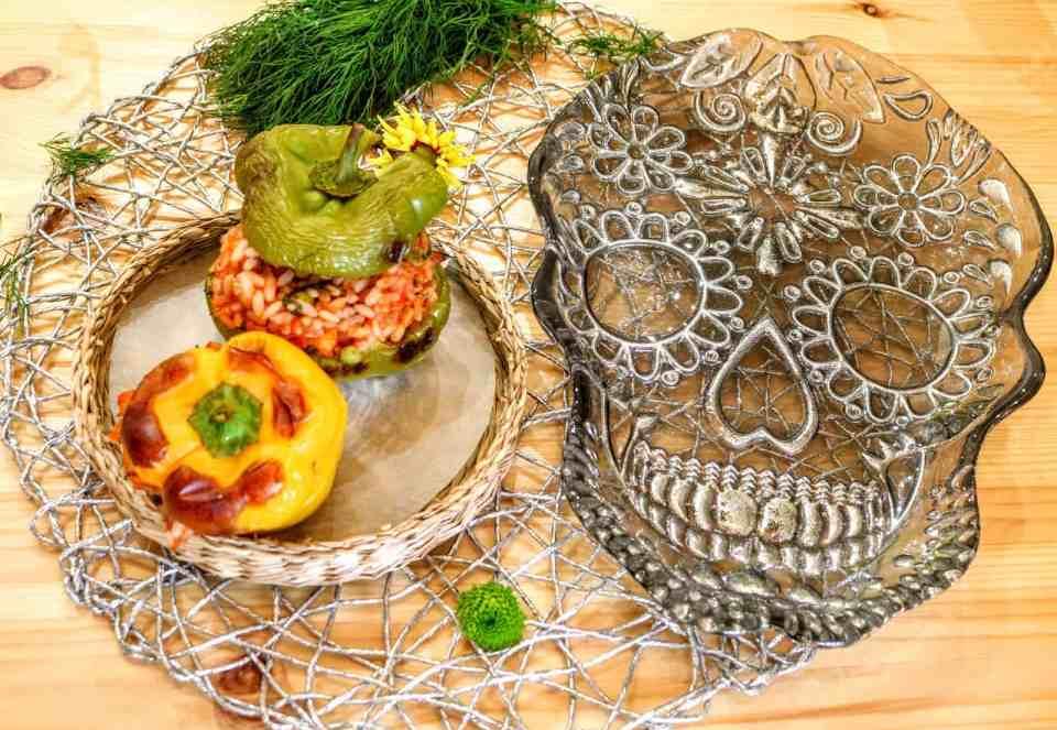 peperoni ripieni con pomodoro e piselli su piatto da portata