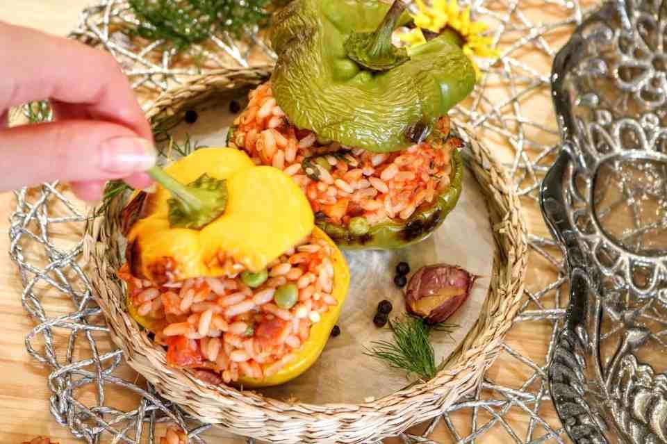 peperoni ripieni con pomodoro e piselli dettaglio