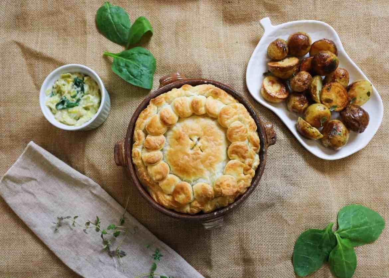 British Pie al Formaggio Vegetale, Porro e Spinaci con contorno di Patate Arrosto.