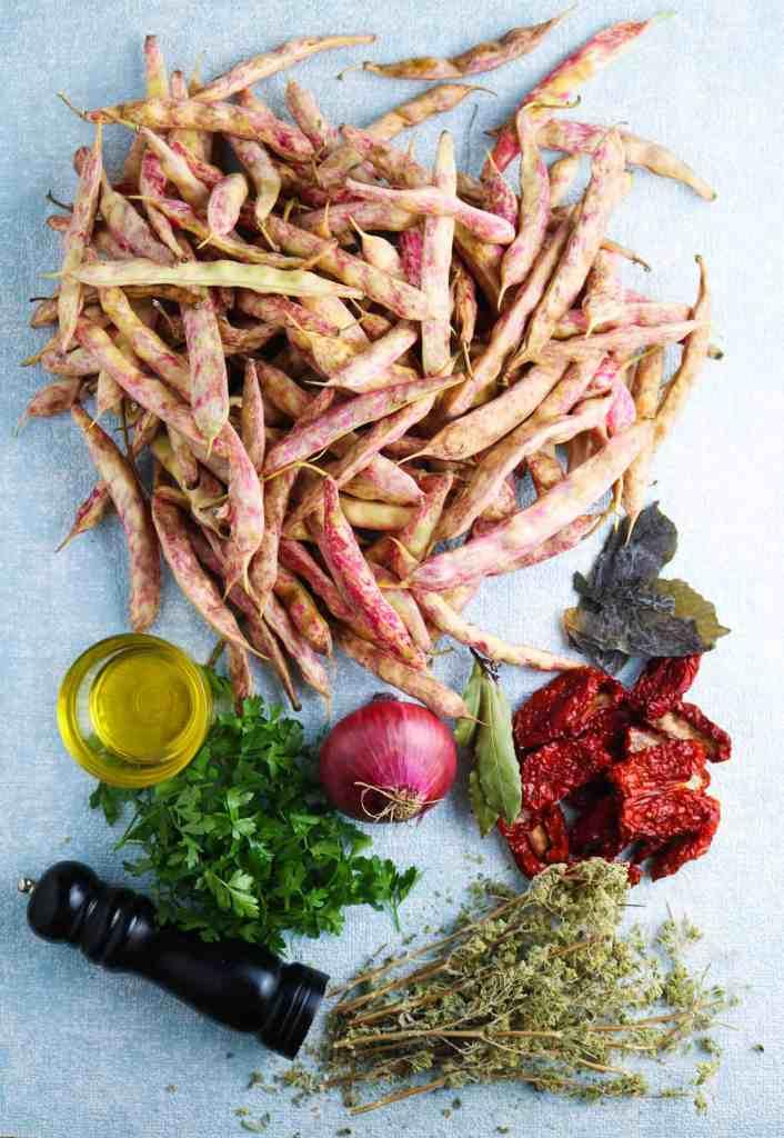 ingredienti per insalata borlotti pomodori secchi