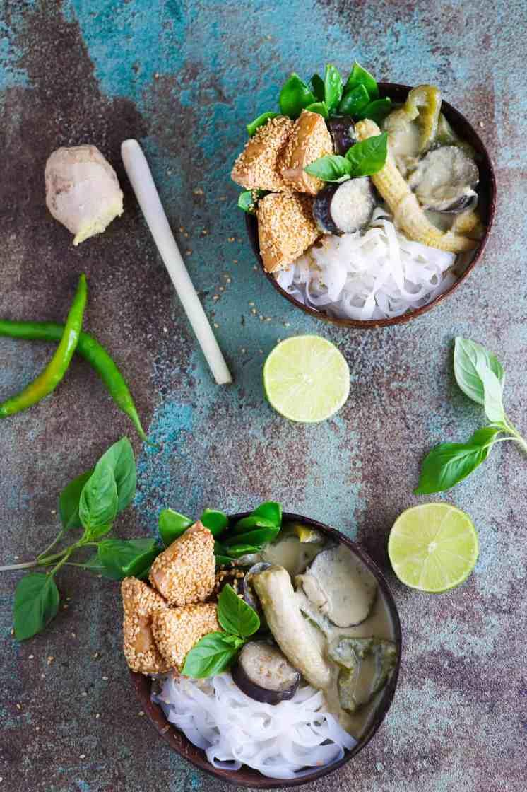 Curry Verde Thailandese con Tofu Croccante al Sesamo servito in ciotole di bamboo