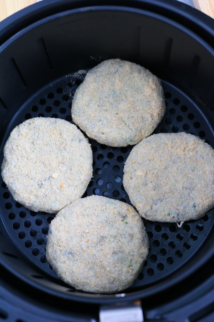 cottura nel cestello della friggitrice ad aria delle fish cakes con banana blossom