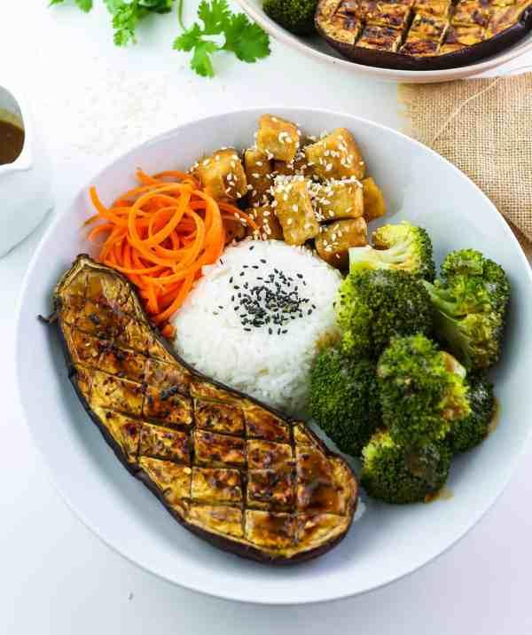 Buddah bowl di Tofu, Melanzane e Broccoli con Salsa al Miso