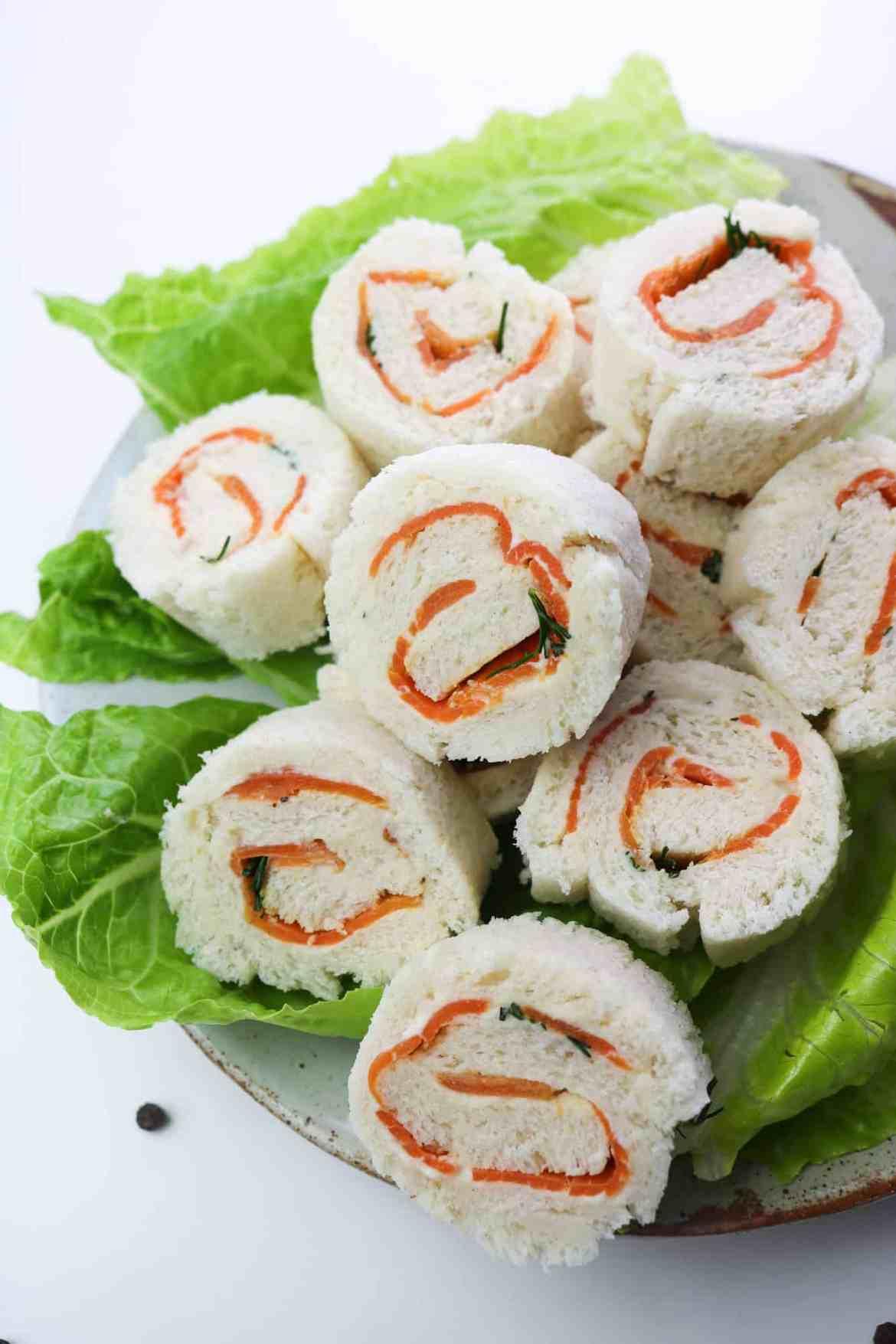 tramezzini vegan arrotolati al salmone e formaggio vegan su piatto da portata