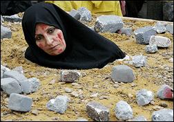 mulher islâmica apedrejada por delito de adultério