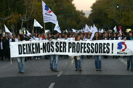 """Imagem de uma manifestação de Professores  com o pano """"Deixem-nos ser Professores"""""""