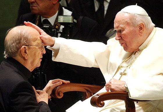 João Paulo II abençoa o padre Marcial Maciel, um dos maiores pedófilos da história da Igreja, com casos documentados desde os anos 50