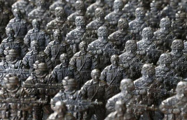 Des figurines de soldats séparatistes prorusses en vente dans un atelier de Moscou, le 29 août. (Photo Sergei Karpukhin. Reuters)